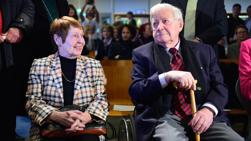 Ruth Loah: Altkanzler Schmidt und seine Lebensgefährtin Loah bei einer Veranstaltung 2012 im Helmut Schmidt Gymnasium in Hamburg
