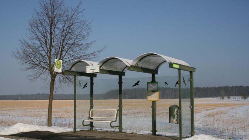 Überlandbusse: Bushaltestelle in Neudorf, dünn besiedeltes Ostsachsen