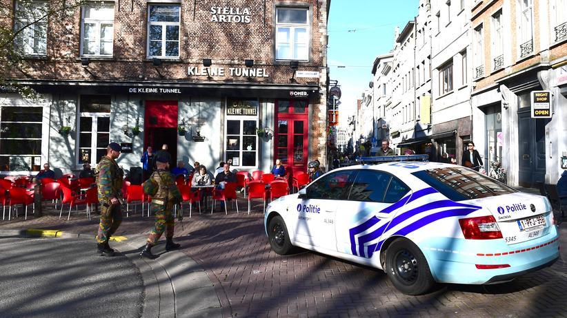 Anschlagsversuch in Belgien: Ein Polizeiauto blockiert nach dem Anschlagsversuch den Eingang zur Fußgängerzone in Antwerpen.