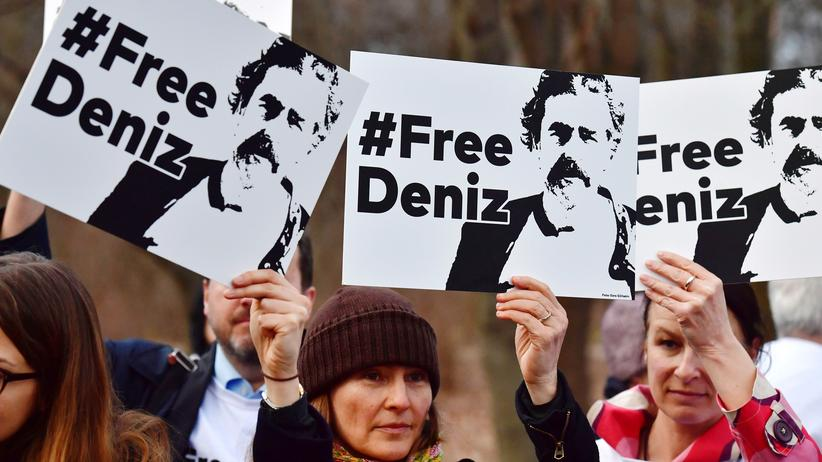 Deniz Yücel: #Free Deniz: Proteste vor der türkischen Botschaft in Berlin
