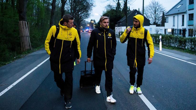 Anschlag in Dortmund: Dortmunder Spieler nach dem Anschlag in der Nähe des Mannschaftshotels