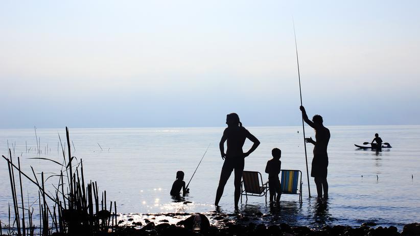 Familienpolitik: Zeit verbringen mit den Kindern: Familie am See