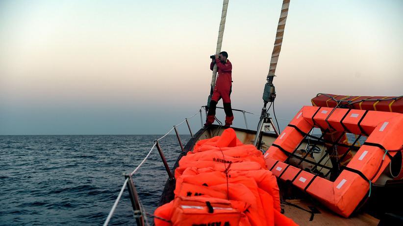 Lesbos: Ein Helfer der spanischen NGO Proactiva Open Arms vor der Küste Libyens, wo derzeit viele Flüchtlinge versuchen, nach Europa zu kommen