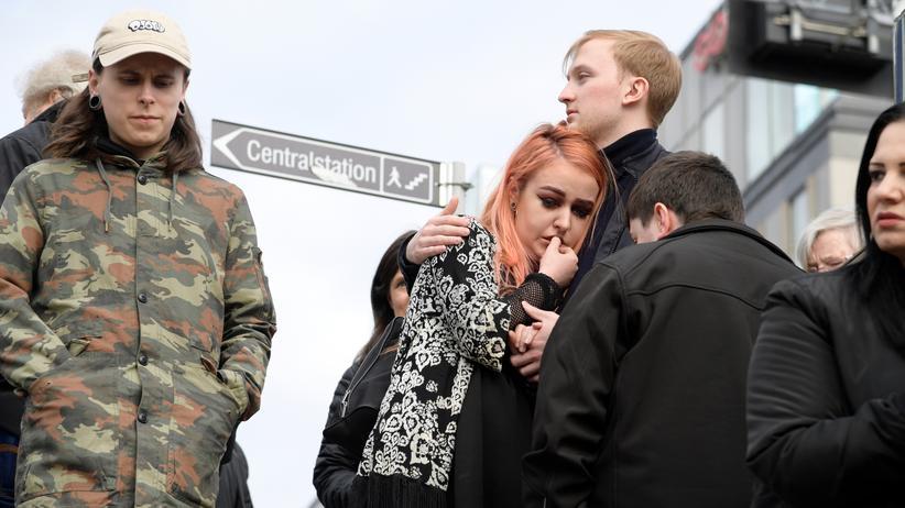 Reaktionen zum Anschlag: Menschen in Stockholm kurz nach dem mutmaßlichen Anschlag