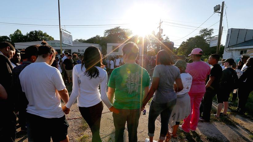 Polizeigewalt: Nachbarn des getöteten Aston Sterling bekunden am Dienstag in Baton Rouge ihre Solidarität mit dem Opfer.