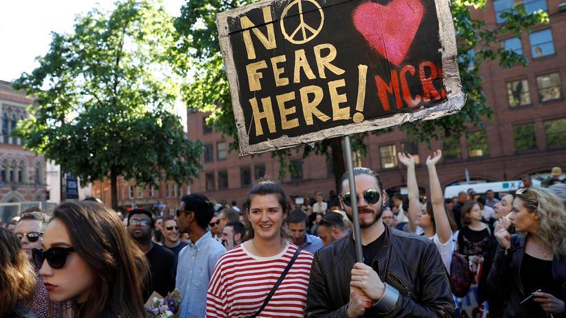 """Manchester : """"Keine Angst hier"""": Menschen versammeln sich in Manchester, um der Opfer des Selbstmordattentats zu gedenken."""