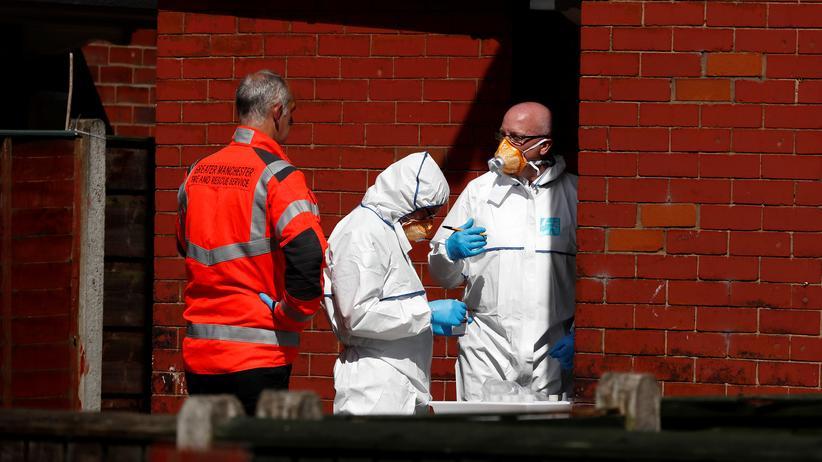 Salman Abedi: Von dort stammte Salman Abedi, der nach einem Popkonzert 22 Menschen tötete: Polizisten untersuchen das Haus im Süden von Manchester, in dem er gelebt hatte.