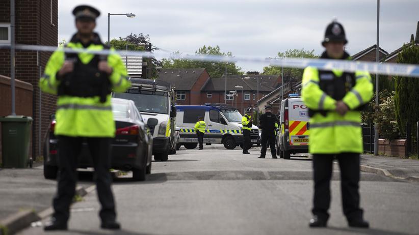 Anschlag in Manchester: Polizisten bewachen während eines Einsatzes eine Straße in Manchester.