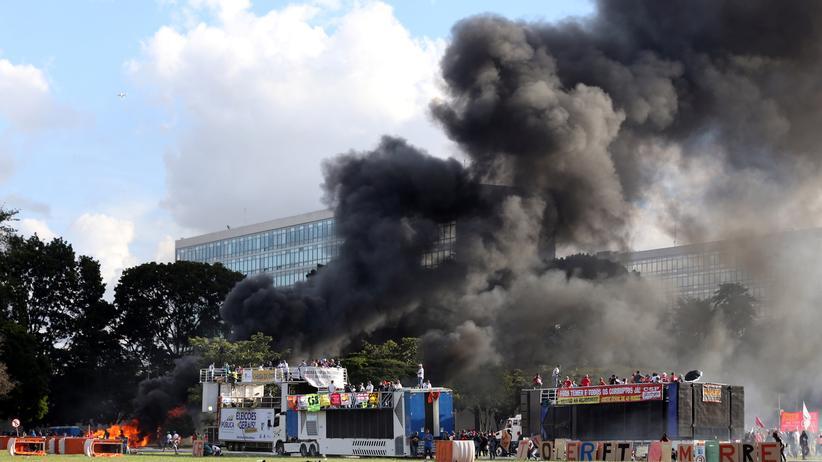 Brasilien: Rauch steigt in der Nähe des Landwirtschaftsministeriums in Brasilia auf.