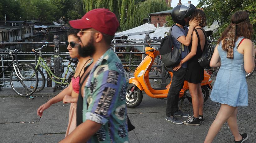 Ausländerzentralregister: Passanten genießen den Sommerabend am Landwehrkanal in Berlin-Kreuzberg