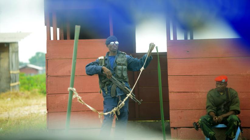 Demokratische Republik Kongo: Sicherheitskräfte der kongolesischen Polizei und der UN nach einem Überfall auf das Makala-Gefängnis in Kinshasa im Juli 2013.