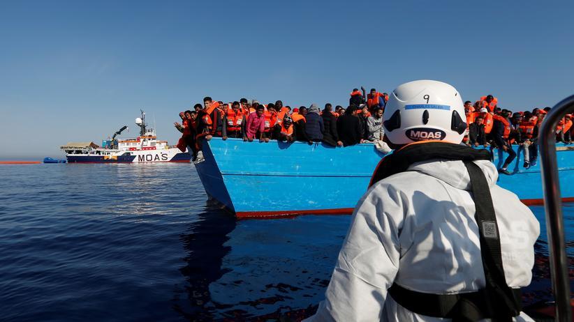 Flüchtlinge: Flüchtlinge werden aus Seenot gerettet (Archiv).
