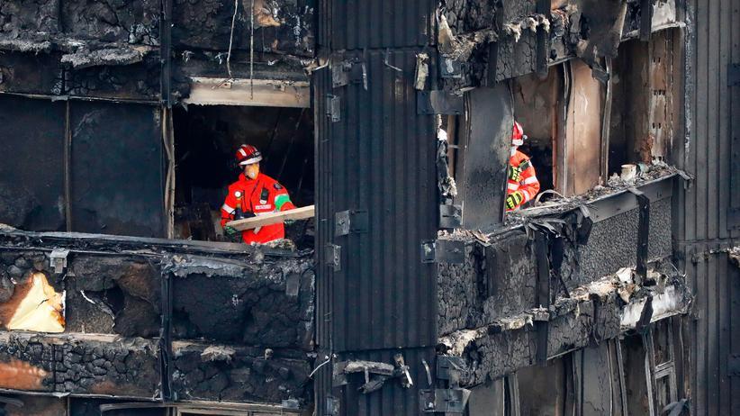 Hochhausbrand in London: Feuerwehrleute im ausgebrannten Grenfell Tower