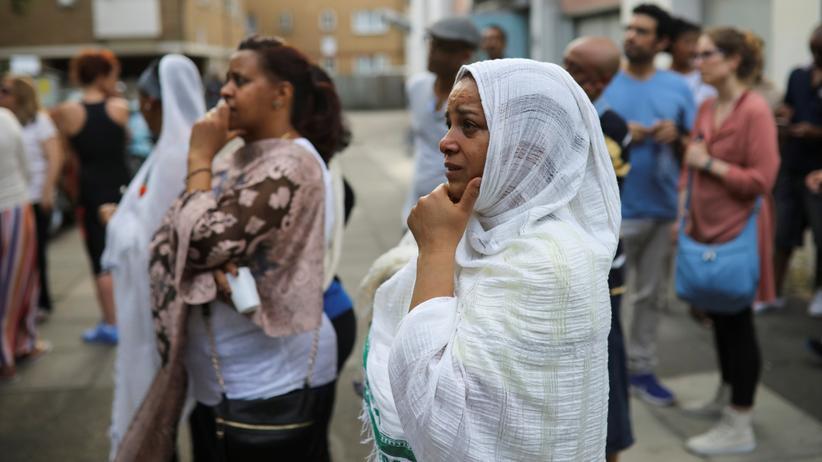 Großbritannien: In den vergangenen Jahren ist etwas zerbrochen in Großbritannien: Frauen vor dem ausgebrannten Grenfell-Hochhaus in London