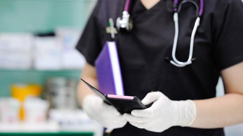 Medizin-Apps: Ärzte, die auf iPhones starren