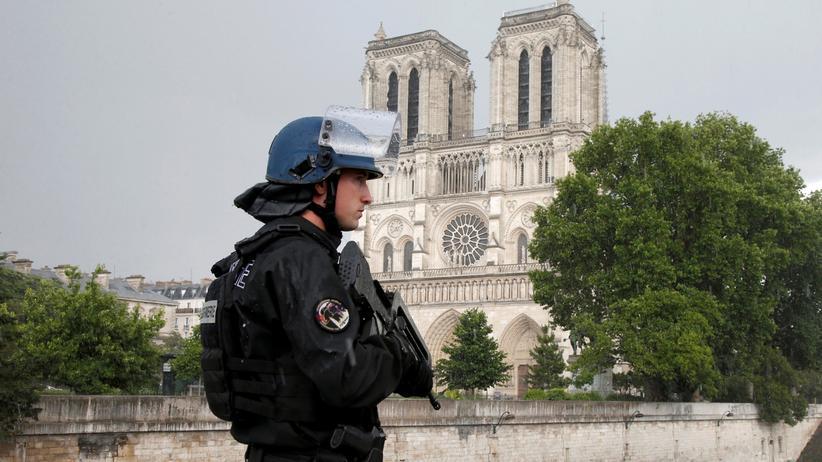 Paris: Ein Polizist in der Nähe des Tatorts