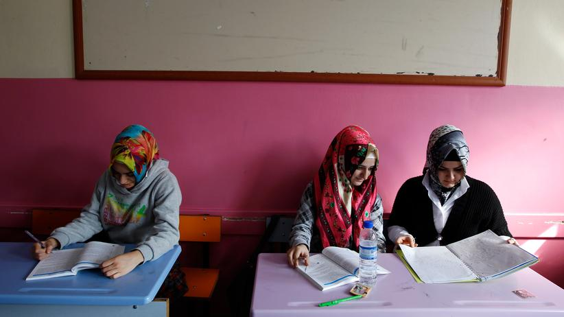 Evolutionstheorie: Schülerinnen in einem Klassenraum der Kazim Karabekir Imam-Hatip Schule für Mädchen in Istanbul
