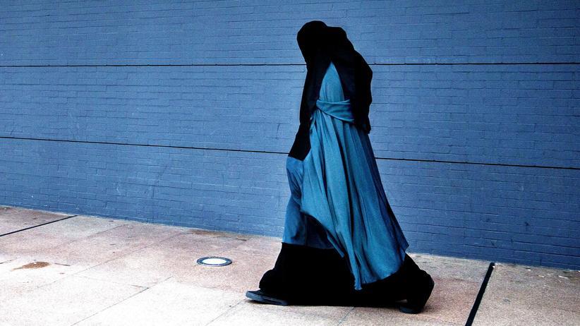 Europäischer Gerichtshof für Menschenrechte: Vollverschleierte Frau vor dem Justizpalast in Den Haag
