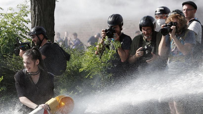 G20-Gipfel: Wer ist hier im Fokus? Journalisten beobachten und fotografieren das Vorgehen der Polizei gegen G20-Demonstranten.