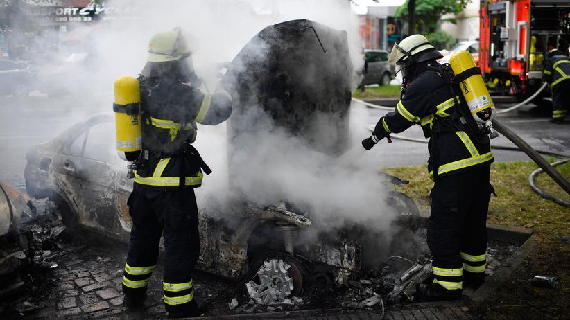 Hamburg: Einsatz am Rande des G20-Gipfels: Feuerwehrkräfte löschen ein ausgebranntes Auto in Hamburg.