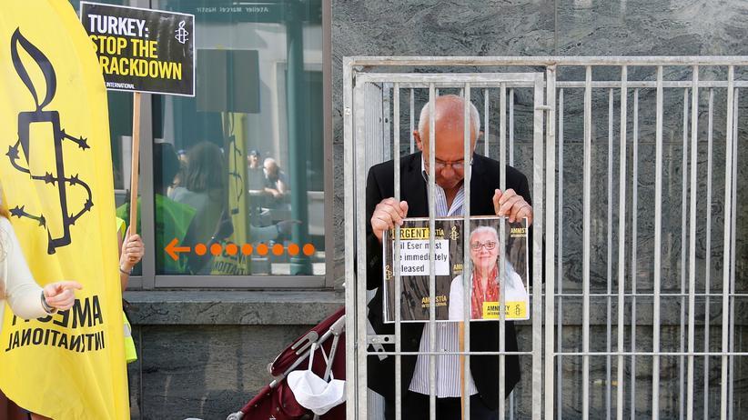 Türkei: Der Direktor von Amnesty International in Belgien, Philippe Hensmans, demonstriert vor der türkischen Botschaft in Brüssel für die Freilassung seiner Kollegin İdil Eser.