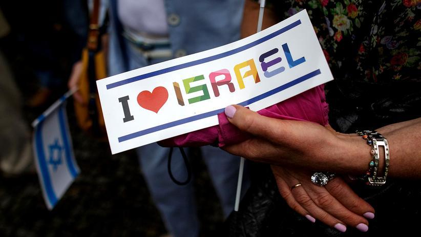 Berlin: Demonstranten mit einem Pro-Israel-Schild