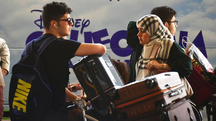 Migration: Einreisende aus dem Nahen Osten warten mit ihrem Gepäck am Flughafen von Los Angeles.