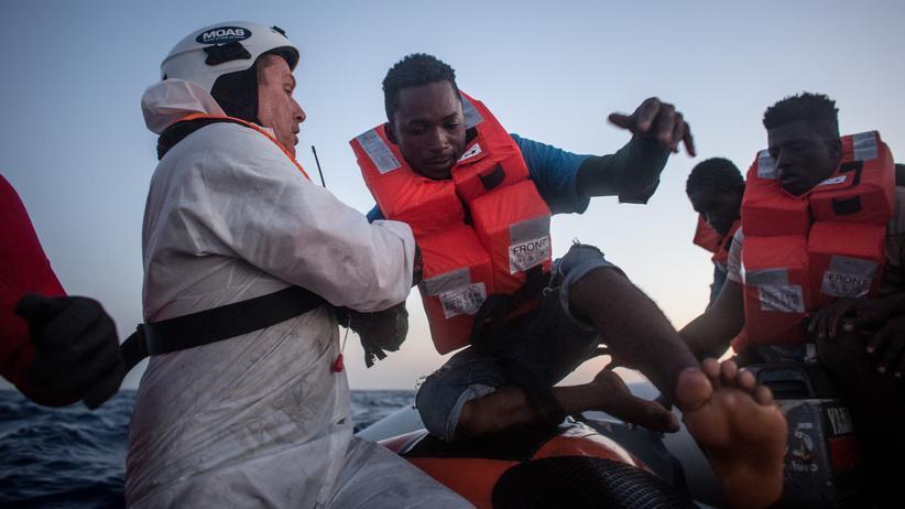 Mittelmeer: Seenotretter helfen einem Migranten aus einem Schlauchboot.