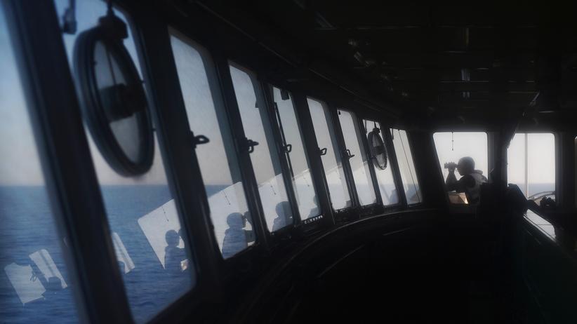 Seenotrettung im Mittelmeer: Ein Mann blickt von der Aquarius auf das Mittelmeer. Das Schiff wird zur Seenotrettung eingesetzt.