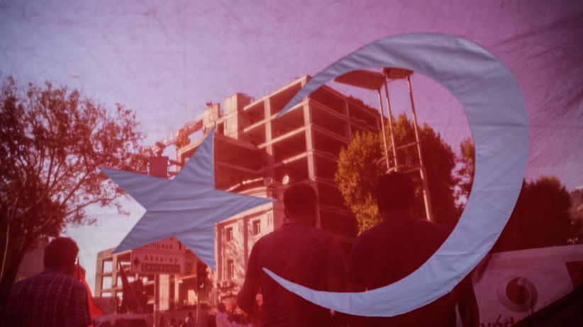 Türkei : Demonstranten spiegeln sich in einer türkischen Flagge.