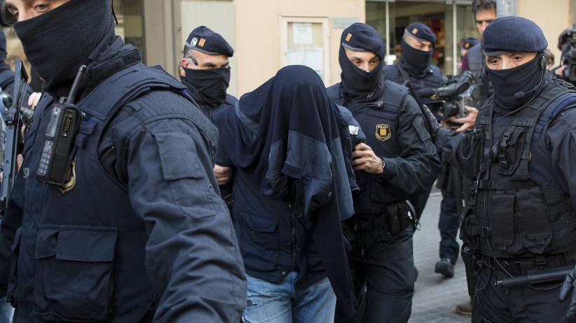 Terrorismus in Spanien: Die katalanische Polizei nimmt in Barcelona im April 2017 einen mutmaßlichen Islamisten fest.
