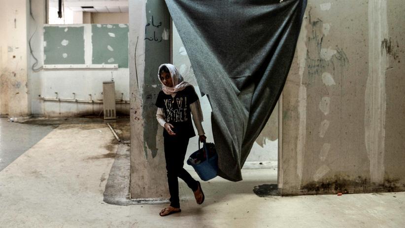 Griechenland: Ein afghanisches Mädchen im ehemaligen Ellinikon-Flughafen, der temporär als Unterkunft für Flüchtlinge genutzt wird
