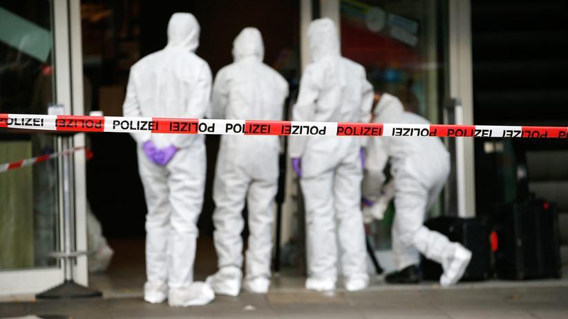 Messerangriff in Hamburg: Ermittler nach der Messerattacke in einem Supermarkt im Hamburger Stadtteil Barmbek
