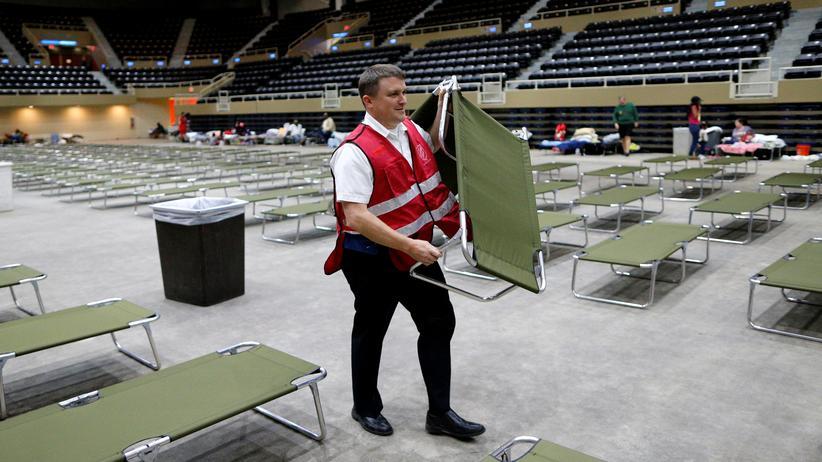 Unwetter in den USA: Ein freiwilliger Helfer in einer Notunterkunft in Lake Charles, Louisiana