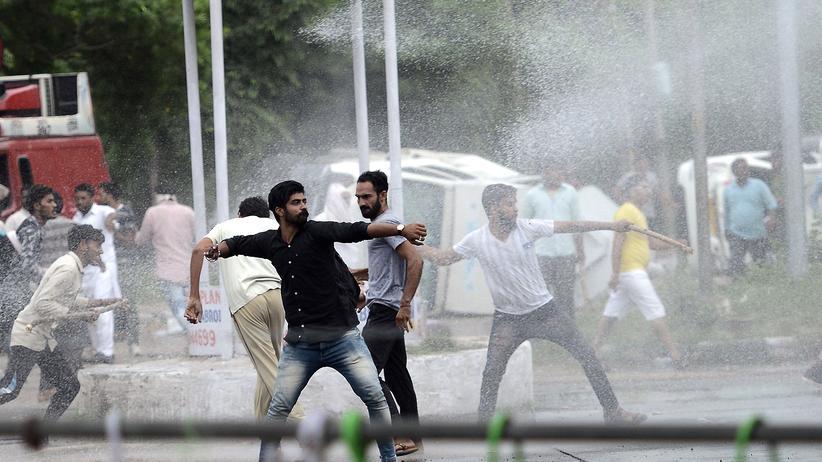 Indien: Zehntausende Anhänger des populären Gurus Ram Rahim Singh protestierten gegen den Schuldspruch.
