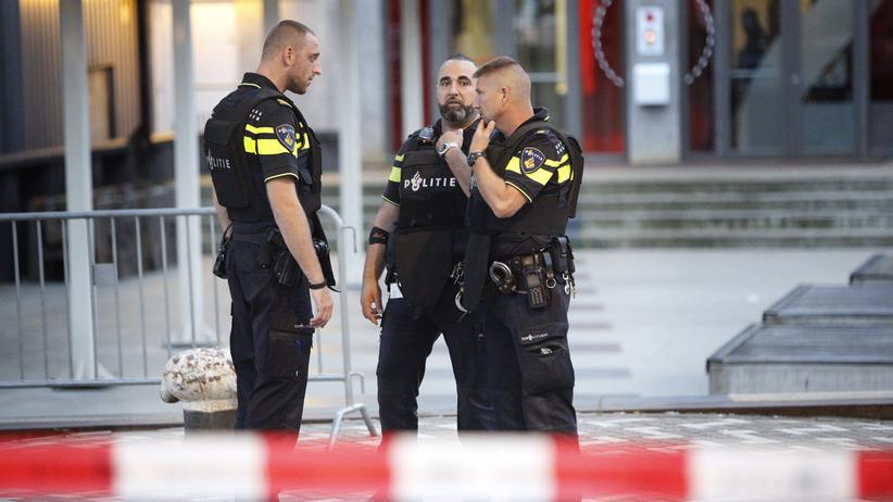 Rotterdam: Polizisten vor dem Club in Rotterdam, in dem ein Rockkonzert wegen einer Terrorwarnung abgesagt wurde