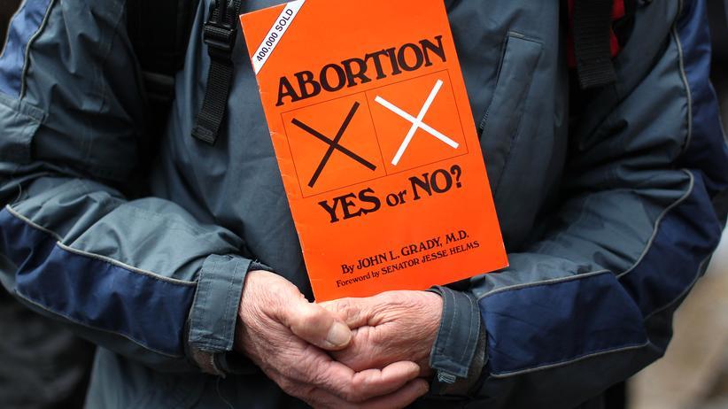 Dublin: Ein Abtreibungsgegner protestiert vor der ersten privaten Klinik in Belfast, die Abtreibungen vornimmt.