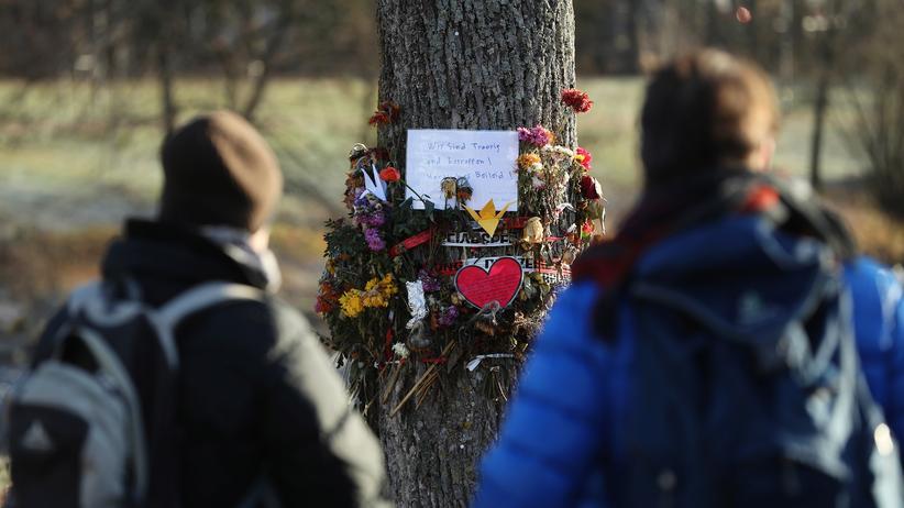 Freiburg: Menschen haben Blumen und Nachrichten an den Ort gelegt, an dem eine 19-jährige Studentin vergewaltigt und ermordet wurde.