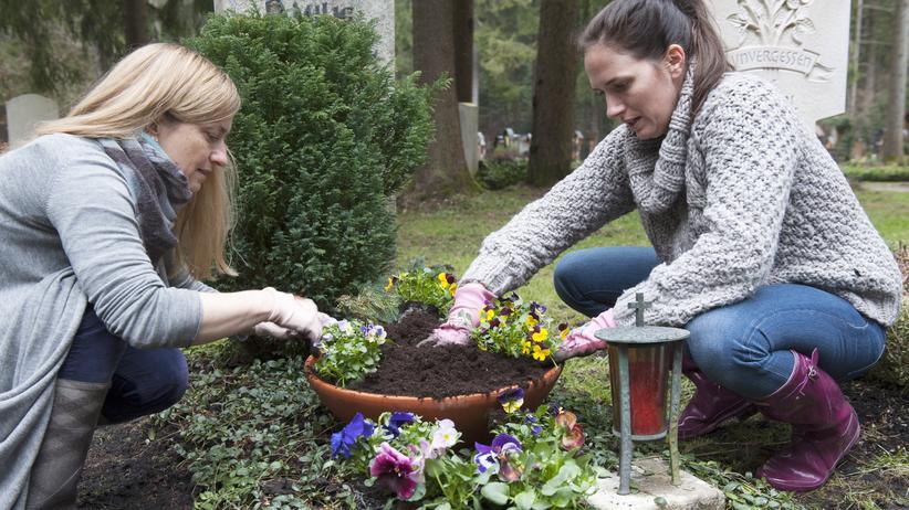 Deutsche: Deutsche verbringen viel Zeit auf dem Friedhof.