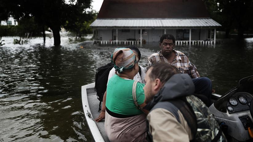 Hurrikan Harvey: In Port Arthur in Texas werden Menschen mit dem Boot aus ihren Wohnhäusern gerettet.