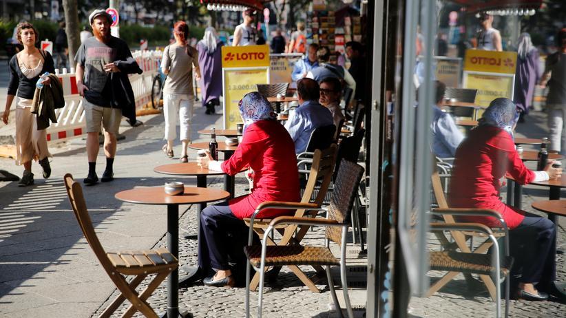 Integration: Ein Straßencafé in Berlin-Kreuzberg, das für viele muslimische Einwanderer zur neuen Heimat geworden ist.