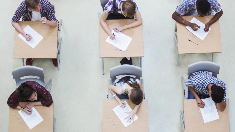 Numerus clausus: Junge Erwachsene bei der Abiturprüfung