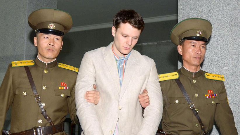 Nordkorea: Otto Warmbier wird nach seiner Verurteilung aus den Räumen des Obersten Gerichts Nordkoreas geführt.