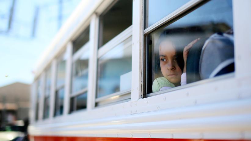 USA: Ein junges Mädchen wartet in einem Bus an der Grenze zwischen Mexiko und den USA.