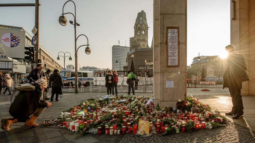 Anschlag in Berlin: Passanten legen am Breitscheidplatz Blumen und Kerzen nieder.