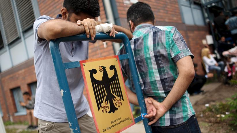 Asylrecht: Asylbewerber vor dem Bundesamt für Migration und Flüchtlinge in Berlin-Spandau