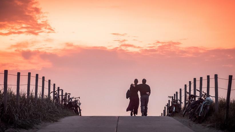 Beziehungen: Liebe ist eine sehr persönliche Sache. Das im Artikel begleitete Paar hat sich deshalb dagegen entschieden, die Fotos aus der ZEIT auch für die Online-Version freizugeben.