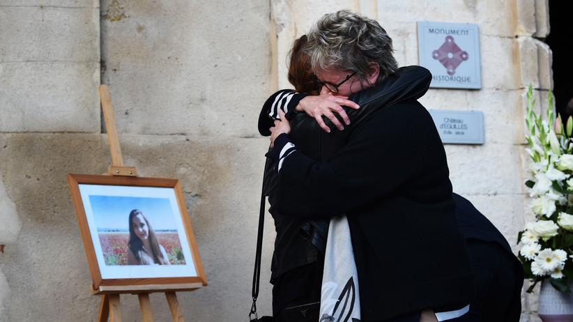 Frankreich: Menschen trauern in Éguilles (Frankreich) um die Opfer des Doppelmords von Marseille.
