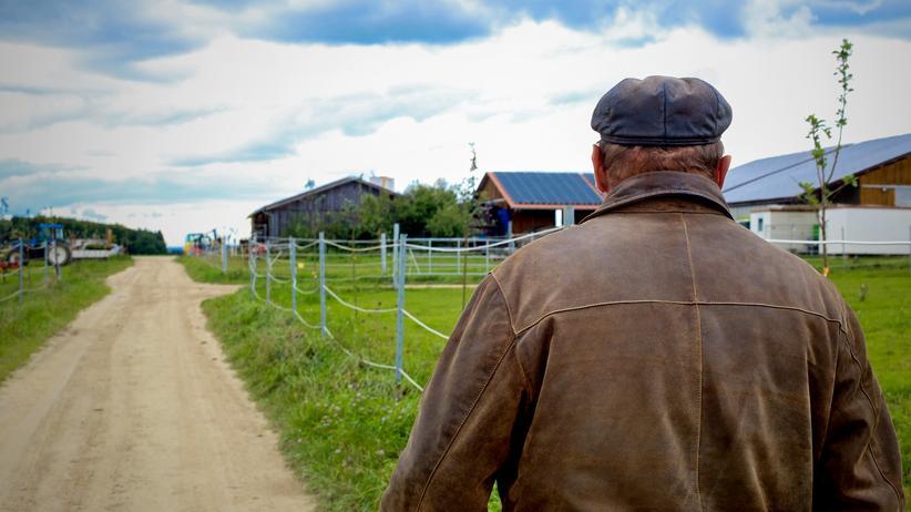 Grundstücksstreit: Der Landwirt Georg E. in der Nähe seines Hofes