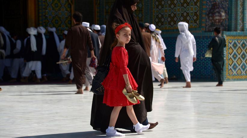 """Jungfräulichkeit: """"Ein Mädchen ohne Jungfernhäutchen ist in unserer Kultur unmoralisch! Sie muss bis zur Heirat Jungfrau bleiben, egal wie alt sie ist."""""""